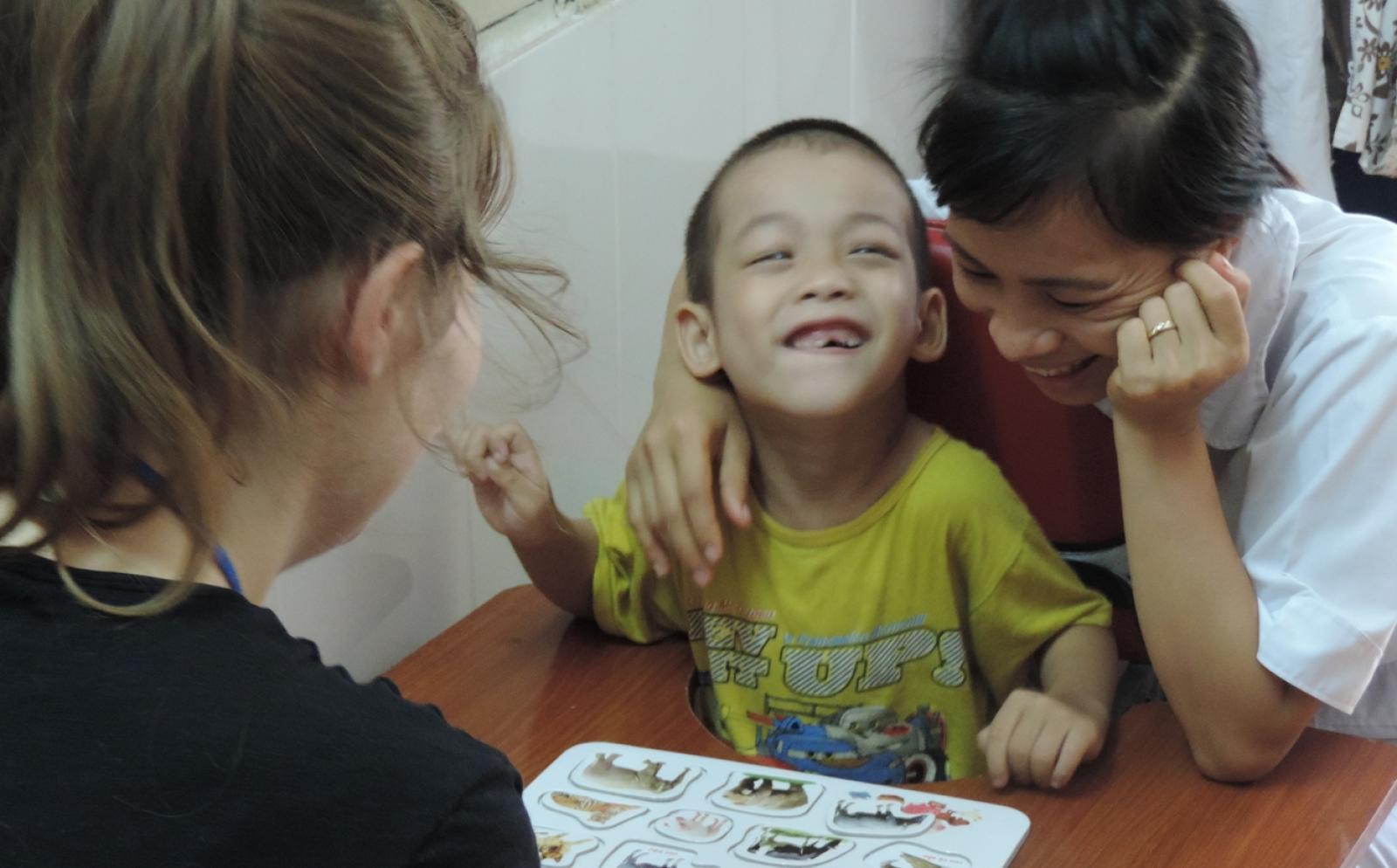 発展途上国の小児患者のリハビリをサポートする作業療法インターン